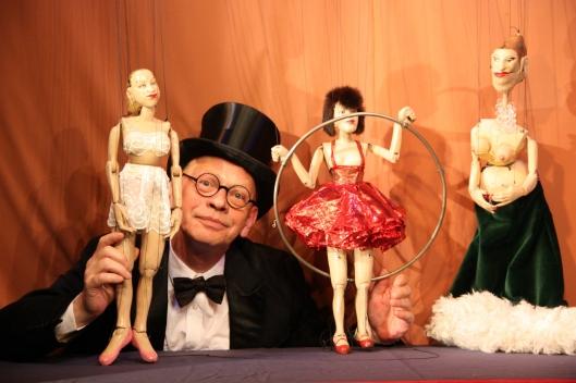 Ralf herzog mit Seitänzerin Nina, Reifenkünstlerin Marika und Sängerin Georgette